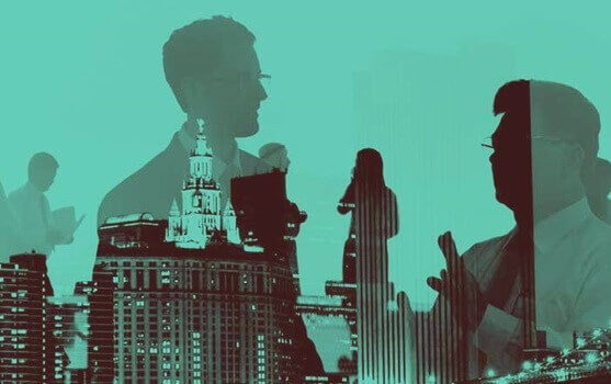 Sagome di persone che parlano e grattacieli