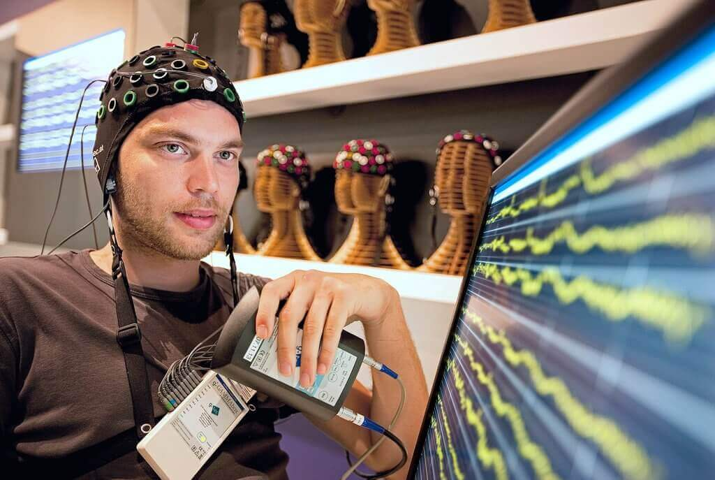 Uomo che realizza neurogaming