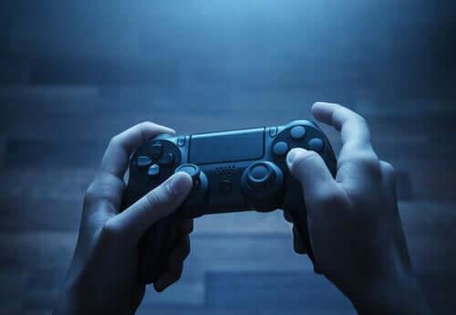 Persona che gioca ai videogiochi per divertirsi