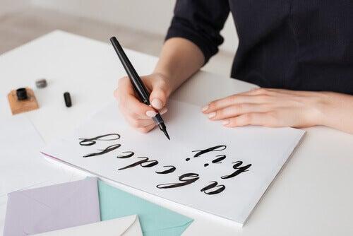Donna che realizza il lettering