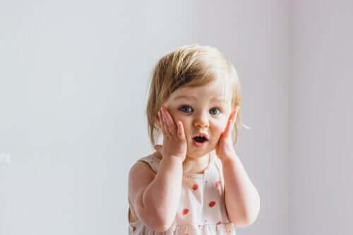 Bambina con espressione sorpresa