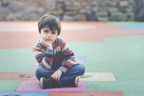 Bambino seduto a terra