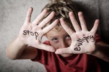 Bambino con scritta stop al bullismo sulle mani