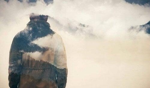 Uomo di spalle in mezzo alle nuvole