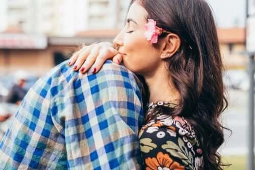 Coppia abbracciata e felice