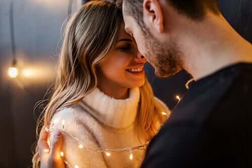 Coppia innamorata con luci