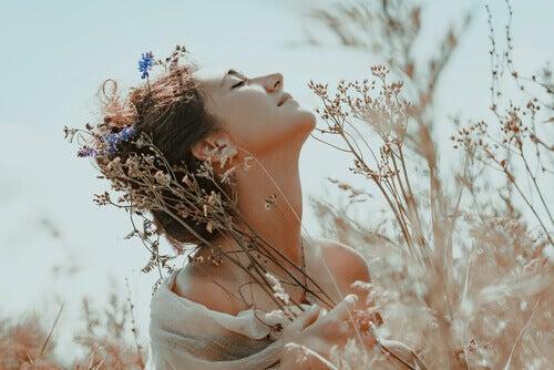 Donna felice in mezzo ai fiori