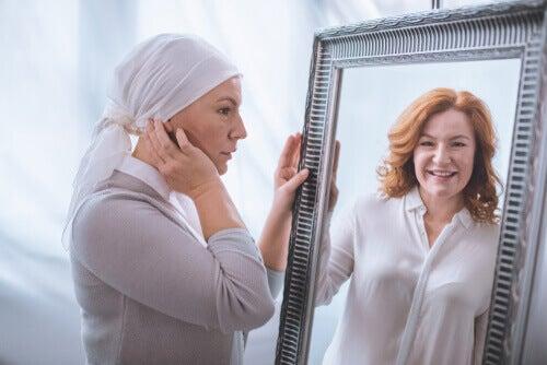 Donna malata vede la propria immagine sana allo specchio