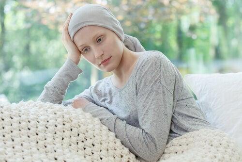Donna malata di cancro pensierosa
