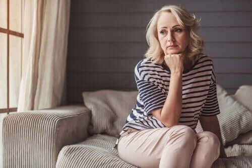 Donna preoccupata sindrome della spada di damocle