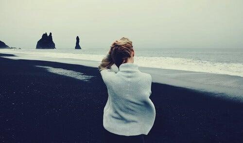 Donna su una spiaggia