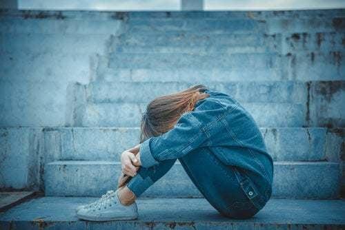 Donna triste che pensa al suicidio.