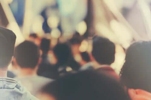 Folla di persone vista di spalle