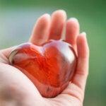Mano con pietra a forma di cuore