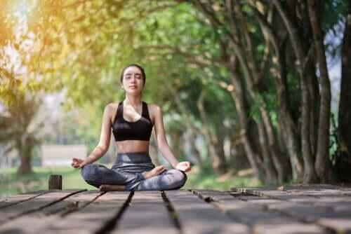 Ragazza che fa meditazione mindfulness