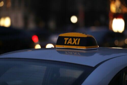 Taxi e traffico in strada