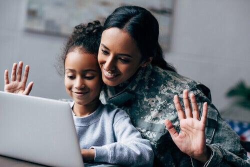 Madre e figlia davanti al computer