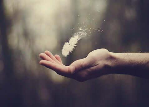 Il potere del pensiero proattivo: mano con piuma
