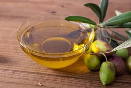 Olive e ciotola con olio