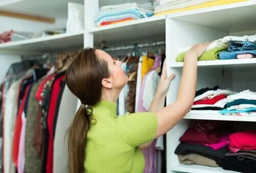 Donna che cerca nell'armadio ordine migliora stato animo