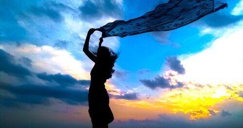 Donna con fazzoletto al vento