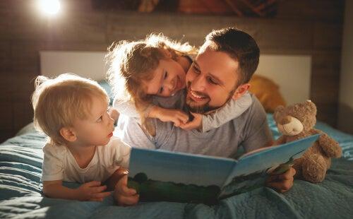 Padre legge libro ai suoi figli