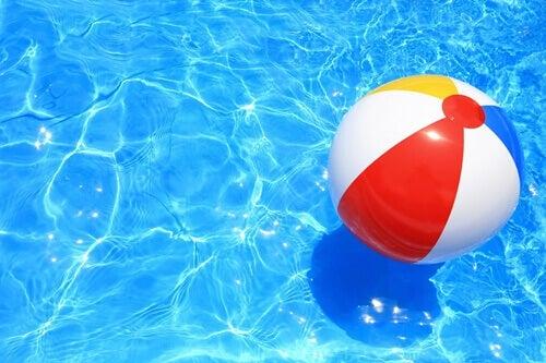 Pallone in piscina