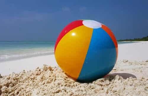Un pallone in spiaggia per regolare le emozioni