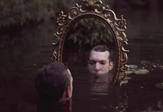 Uomo davanti a uno specchio sommerso
