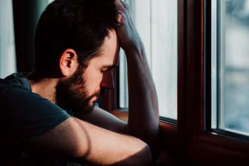Uomo depresso appoggiato alla mano