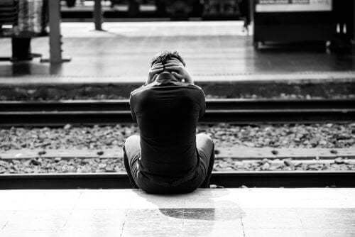 Uomo disperato con idee suicide sul binario del treno.