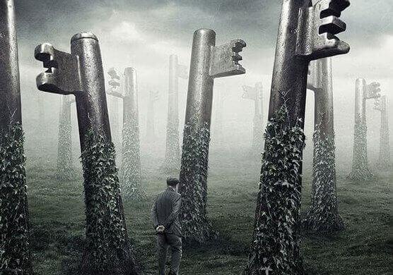 La chiave della felicità, uomo cammina in un bosco di chiavi
