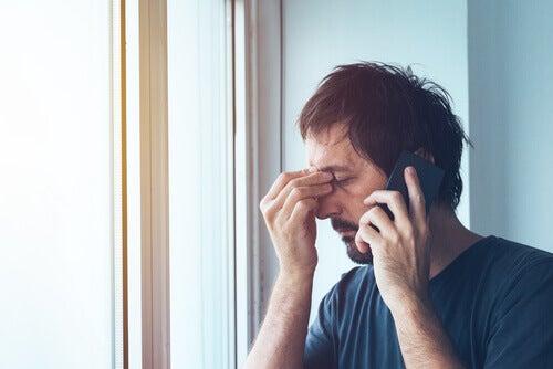 Uomo preoccupato che parla al telefono