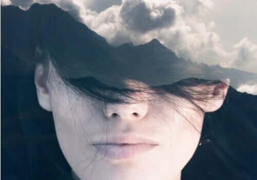 Viso femminile con occhi coperti da montagne