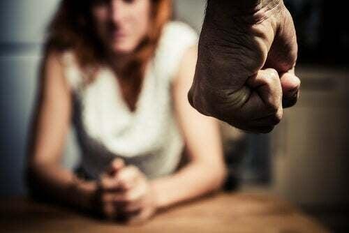 Donna impaurita dai maltrattamenti da parte del suo partner.
