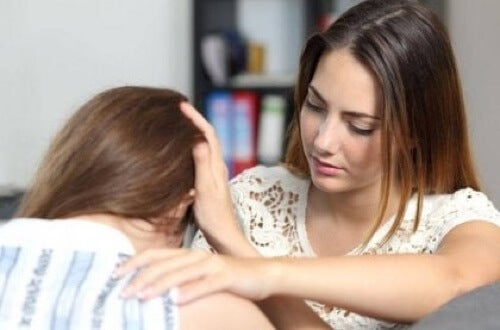 Amiche che si confortano e piangono.