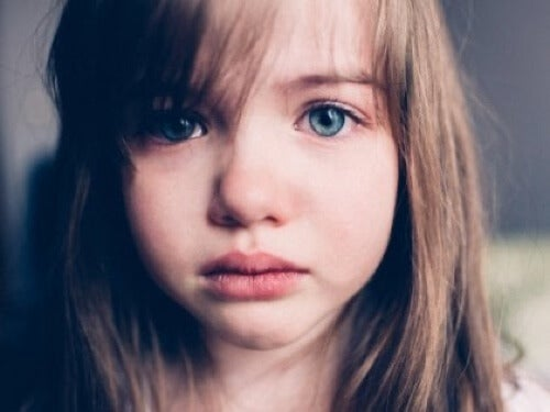 Bambina con lo sguardo triste.