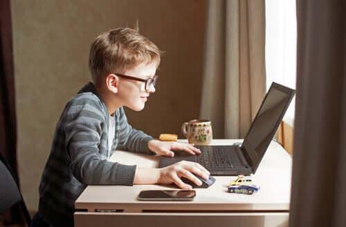 Bambino davanti al computer.