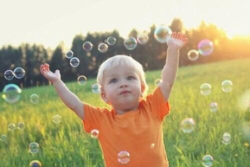 Bambino che gioca con bolle di sapone