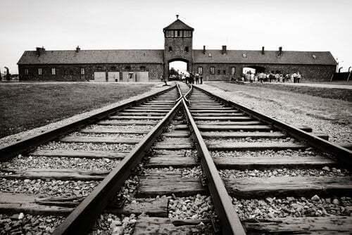 Binari del treno verso un campo di concentramento