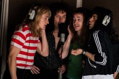Scena di Bohemian Rapsody Queen che registrano un brano