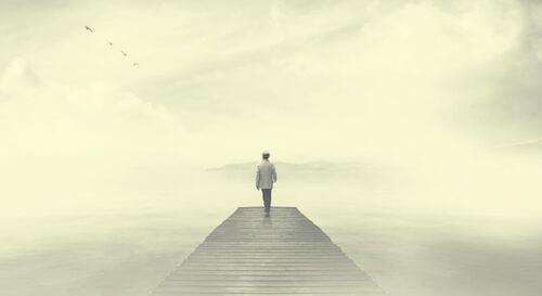 Persona che cammina nella nebbia