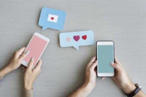 Fidanzati che comunicano con gli smartphone.
