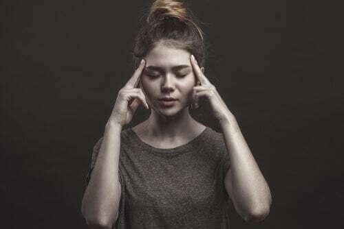 Donna che si concentra.