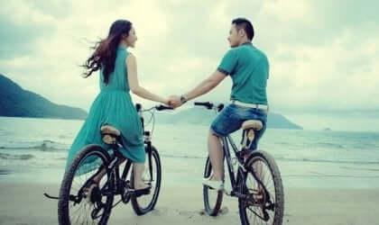 Coppia si tiene per mano in bicicletta