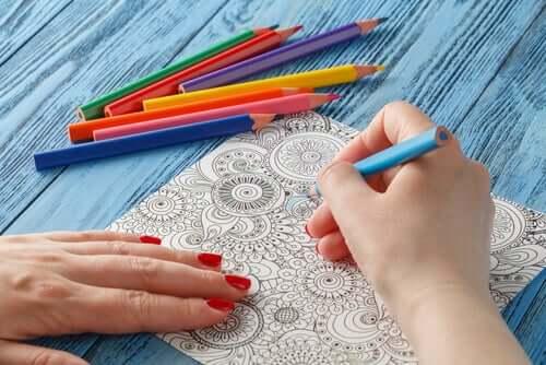 Persona che colora un mandala.