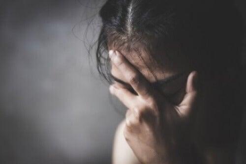 Donna che soffre di depressione maggiore.