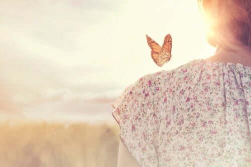Donna con farfalla su spalla