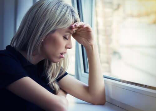 Donna in ansia durante la quarantena.