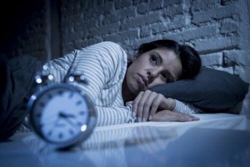 Donna che non riesce a dormire.